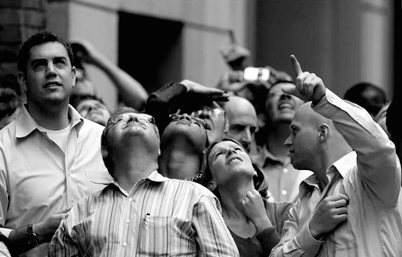 gatilhos-mentais-prova-social-pessoas-olhando-ceu